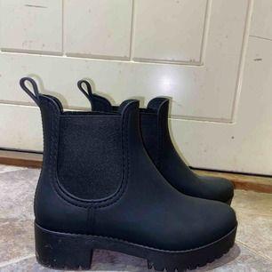 Snyggaste regnbootsen! 😫 tyvärr är de snäppet försmå för mig och jag ska beställa nya i rätt storlek men måste få dessa sålda först! Jeffree Campbell skor köpta i USA men nypriset ca 700kr. Verkligen de finaste bootsen!!! 😉