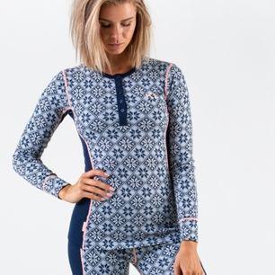 Underställs tröja gjord av 100% ull från märket Kari Traa. Aldrig använd, säljer pga att jag aldrig åker skidor😄😄 2a bilden visar hur den ser ut, den har inte rosa sträck som 1a bilden, men annars exakt likadan.  originellt pris ca 600