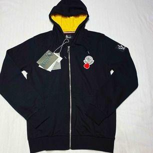 Moncler Limited edition zip hoodie. Helt ny och oanvänd, QR-kod finns som tar dig direkt till monclers hemsida. Tröjan är unisex så både killar och tjejer kan använda den. Köpare står för frakten. Betalning via Swish