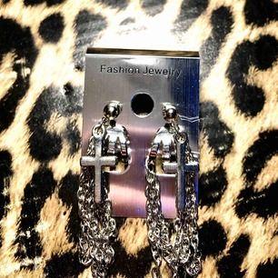 Dessa örhängen köpte jag på Cocoo.se har inte använd dem en ända gång. Och de är så synd att bara slänga så lägger upp dessa här och hoppas de finns nån som skulle vilja ha dessa på sig :))