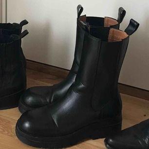 Sååå snygga boots med högt skaft! Storlek 38. Säljer pga att dom är för små för mig 😭😭😭 550kr