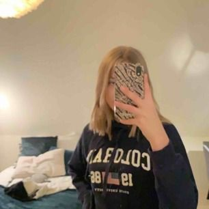 Jätteskön marinblå hoodie från Gina. Ganska använd men märks inte av och är fortfarande väldigt skön. Pris kan som alltid diskuteras 🥰 frakt tillkommer