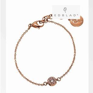 Säljer ett super fint armband ifrån Edblad. Använt en gång, säljer pågrund av att rosé inte riktigt är min färg❣️ Eftersom jag bara har använt den en gång är den som ny.Du får boxen med på bilden;)