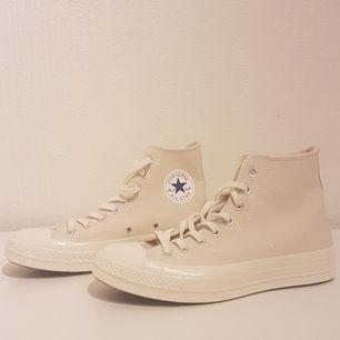 Stone/vit/ljust beige färgade Converse chuck taylor allstar 70 hi. De är nästan helt oanvända. Köpt för 900kr. Här kan ni se bättre bilder på skorna: https://m.caliroots.se/converse-chuck-taylor-allstar-70-hi-151227c/p/65409