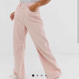 Helt oanvända rosa manschester byxor. Säljer pågrund av fel storlek. 💕köparen står för frakten💕