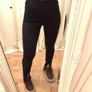 Säljer de populära byxorna med slits! Dom är i strl 38 men är stretchiga i midjan så en 36:a skulle också kunna ha dom. Säljer pga av att dom är förstora för mig:/