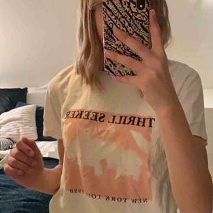 Snygg vit t-shirt med tryck från Gina. Använd några gånger men i väldigt bra skick. 👍🏼👍🏼 frakt tillkommer