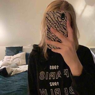 Snygg svart basic hoodie med någon text på från Gina. Knappt använd, väldigt bra skick. 💞 frakt tillkommer
