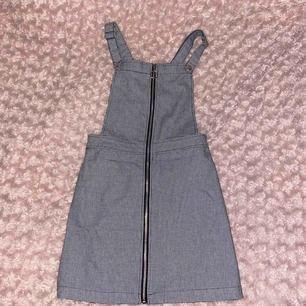 En vintage-aktig klänning med hängslen! Strl 34 köpt från h&m och har bara använt 2/3 gånger. Frakt redan inräknat🖤