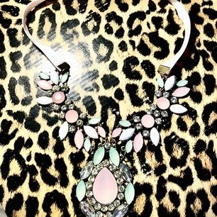 Köpte denna fina halsband i Ryssland. Har inte haft på mig den en ända gång, kanske är den för färgglad för min smak.