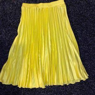 Neongul kjol från bikbok, använd ett fåtal gånger! Frakt tillkommer