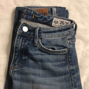 Ett par blå bootcut jeans från crocker. Egengjorda hål på knäna. Använda men i bra skick.