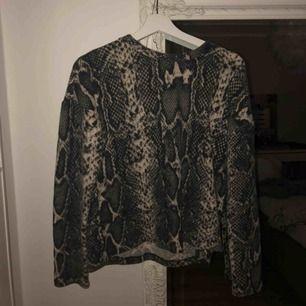FRAKT INGÅR! Superfin tröja med ormskinnsmönster, den är jätteskön!