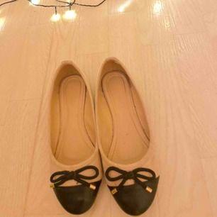 Ballerina skor i fint skick    Köparen står för frakten , kan ge dig personligen ifall du bor iKatrineholm och Linköping