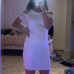 Vit spetsklänning från New Look. Står för 12/13 åringar men passar mig och jag är 17 och bär storlek S. Jag är 152cm lång. Har använt 2/3 gånger. Frakt redan inräknat i priset🤍
