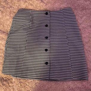 En supersöt rutig kjol med knappar från monki! Strl 34. Säljer då den är en aning stor på mig, använt max 2/3 gånger💞 Frakt redan inräknat!