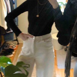 Svart polotröja i sammet från Gina Tricot, storlek XS. Bara använd 1-2 ggr! Köparen står för frakten. Fraktpris är 45kr.✨