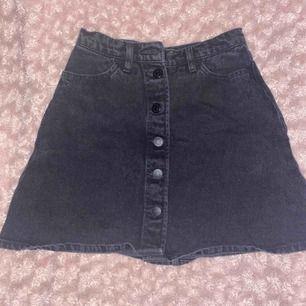 En svart kjol med knappar från monki. Säljes då den är lite för tajt på mig vid midjan. Skulle säga att midjan snarare är en 36a. 💞 Frakt redan inräknat!