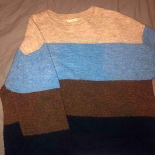 Randig stickad tröja från hm, sparsamt använd. Säljer då den aldrig kommer till användning 👕 frakt på 66kr