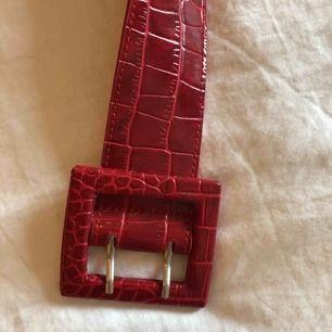 Jättesnyggt rött skärp! Jag vet ej märke eftersom att jag fick det i present.💕 Köparen står för frakten. Fraktpris är 50kr.✨
