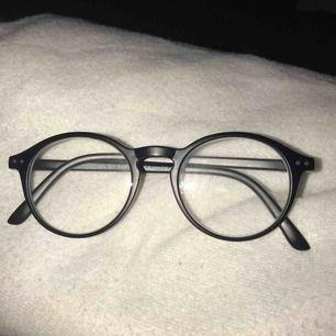 Läsglasögon köpte idag!:( säljer då jag inte märkte att det var styrka i! Styrkan är då 1,5!Dem är bara använda under dagen!man får till ett fodral! Frakt t kommer!:)