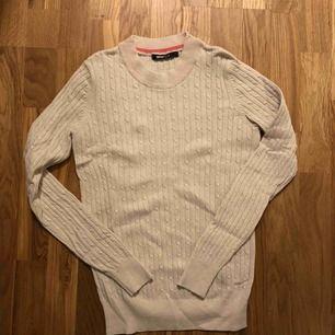 Kabelstickad tröja från Gina tricot. I väldigt fint skick.