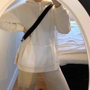 Trendig vit hoodie från H&M i storlek XS fast är mer som en S. Säljs pga platsbrist. Köparen står för frakt. Fraktpris är 50kr.💫