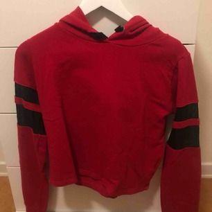 Väldigt fin röd hoodie! Använder tyvärr ej längre