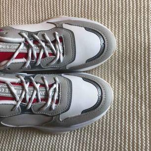 Trendiga skor från Boohoo i storlek 37. Köparen står för frakt. Fraktpris är 50kr.✨