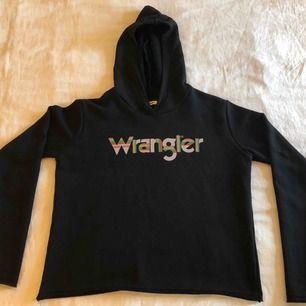 Snygg svart Wrangler tröja med huva. Storlek står inte men skulle säga XS. Köparen står för frakt. Fraktpris är 50kr.✨