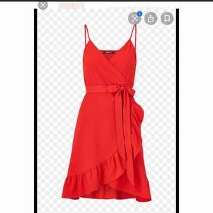 Jätte fin röd klänning ifrån gina, använd 1-2 gånger då jag inte fått så mycket användning av den💓 skriv för fler bilder