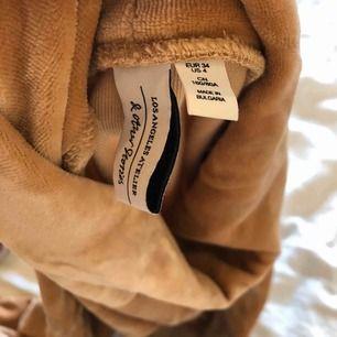 Snygg laxrosa tröja i sammet från & other stories i storlek 34. Köparen står för frakt. Fraktpris är 50kr.⚡️