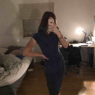 Mörkblå tajt klänning med detalj på höften (tredje bilden) från bikbok. Jag som är 173cm slutar den över knäna. Köptes för några år sedan men är i toppskick! Köparen står för frakt