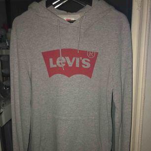 Levis hoodie i storlek S men passar även M, knappt använd 250kr inkl frakt