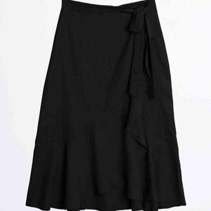 Lång kjol från Gina! Köpt i förra sommaren men endast använd 2-3 ggr. Fint skick:)