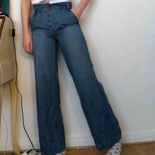 Fina byxor köpta secondhand och lagade (se bild 3) men det är inget man lägger märke till. Storlek 38 men de är väldigt väldigt liten i storlek. Kostar 60kr+ frakt🤪🤪kontakta för mer info
