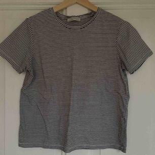 Snygg T-shirt från Zara! Säljer den då den är för liten för mig. Den är i bra skick. Passformen är mer åt xs. Köparen står för frakten💛