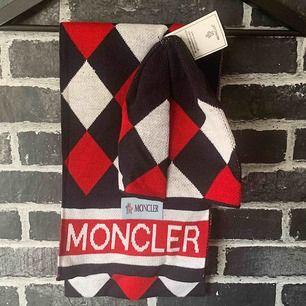 Moncler halsduk och Mössa - Helt ny AAA Storlek: ONE SIZE Frakt med spårnummer kostar 63kr