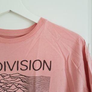 Snygg Joy Divisiontröja i skönt material från Pull&Bear! Sparsamt använd 😊 Möts upp i Uppsala eller Stockholm, annars står köparen för frakt 😄