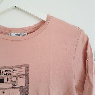 Mysig T-shirt från Mango, jätteskön att sova i men också supersnyggt tillägg till en outfit  ☺ Möts upp i Uppsala eller Stockholm, annars står köparen för frakt 😌