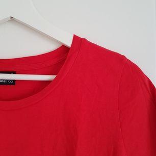 T-shirt från Ginatricot, sparsamt använd 😊 Den är mindre orange och mer klarröd irl 👍 Möts upp i Uppsala eller Stockholm, annars står köparen för frakt!