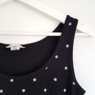 Supersnyggt ribbat linne med vita stjärnor från H&M! Är egentligen från barnavdelningen stl 170, men skulle säga att den passar XS-S 😊 Möts upp i Uppsala eller Stockholm, annars står köparen för frakt ✌