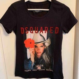 Oanvänd DSQUARED2 Icon - T-shirt för tjejer.  Storlek S  OBS: KÖPAREN STÅ FÖR FRAKTEN! - Frakt med spårnummer kostar 63kr