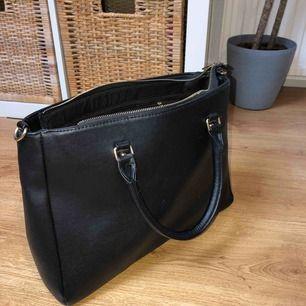 Fin oanvänd väska med axelband, det finns gott med utrymme, 150kr utan frakt, köparen står för frakten💕