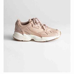 Adidas Falcon sko i beige. Storlek 36. Använda ett fåtal gånger och därför i mycket bra skick. Nypris 1300 kronor.