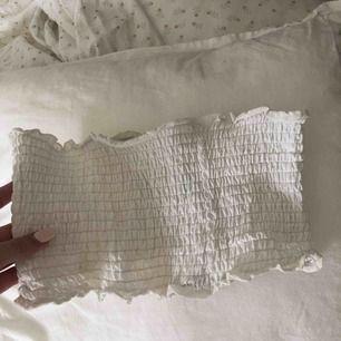 En snygg bandue topp, är i bikini material men kan användas som en vanlig topp också. Frakt tillkommer 💜