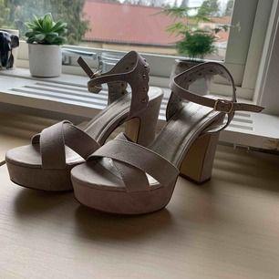 Beiga högklackade skor från Depeche. Skorna har guld detaljer. Anledningen till varför jag säljer dessa fina skorna är för att de inte kommit till användning.    Använda endast 1 gång och är i nyskick.