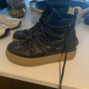 Fodrade boots med coola detaljer! Varma och mysiga! Köpta i höstas!