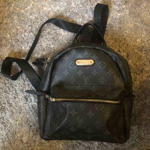 Fin fake Louis Vuitton ryggsäck, aldrig använd. Superfint skick, inga skavanker, repor eller liknande! Sköna justerbara band också. Priset inkluderar frakt💞