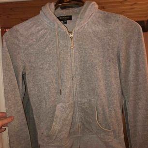 Juicy couture tröja, den är använd men fortfarande i toppskick. Säljer pga den inte kommer till användning längre. Köpte den för ca 1200 för 1,5 år sen och säljer den nu för 300 kr. 30% gäller även på denna 🤩